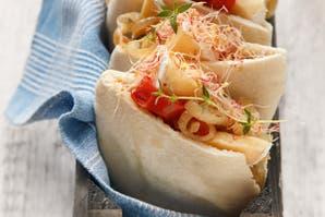 Pan de Pita con brie, tomates horneados y cebollas caramelizadas