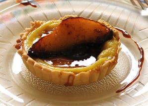 Minitartas de crema pastelera con peras al caramelo