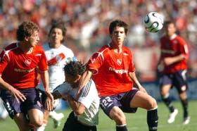 Abraham y Matheu encierran a Farías; sobre todo en el segundo tiempo, Independiente acentuó su tendencia defensiva