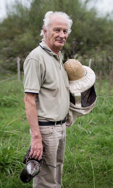 Hace 25 años Tito Vieytes dejó su trabajo de técnico en Canal 9 para dedicarse a al apicultura en Mercedes.