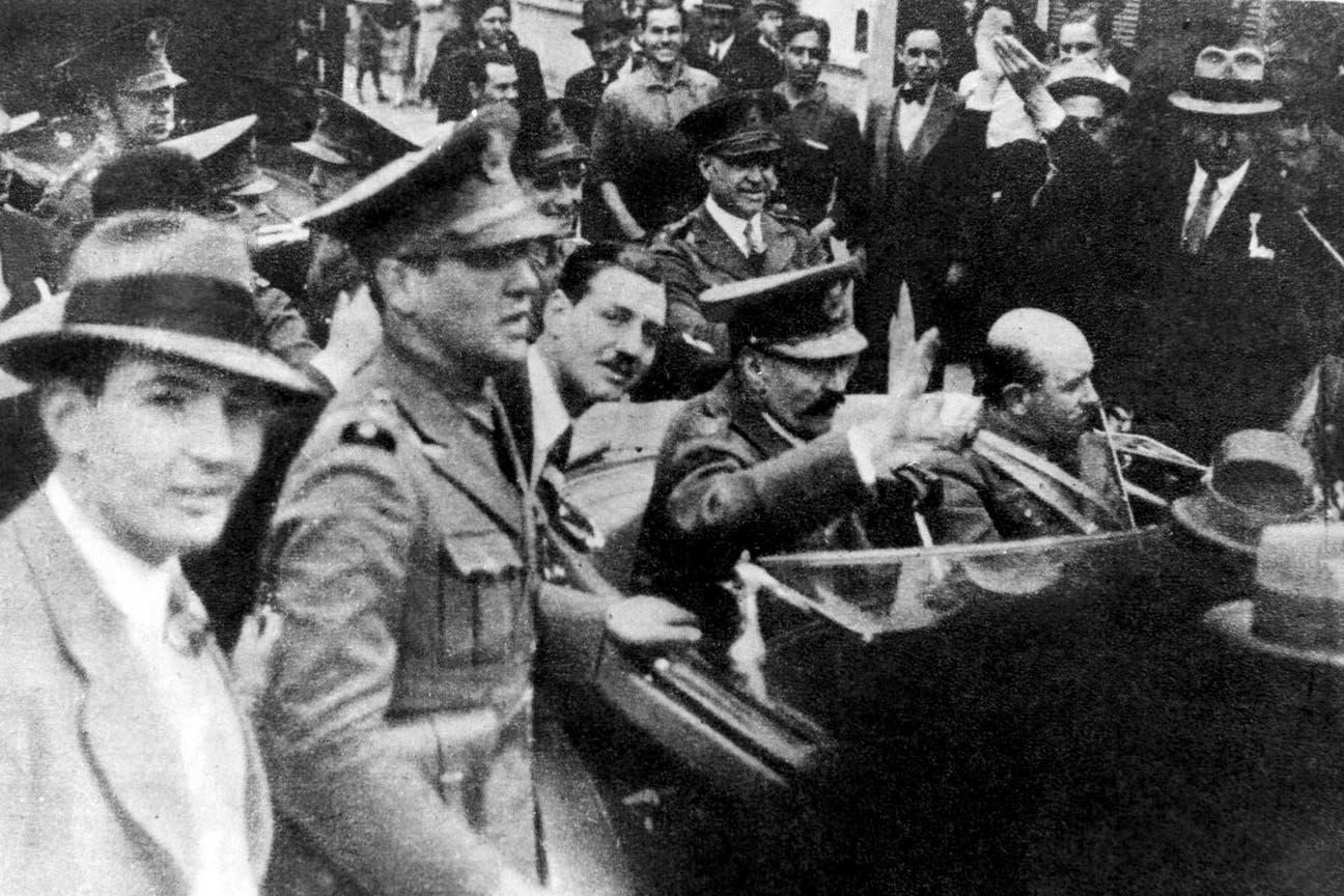 Perón junto al auto que lleva al general Uriburu al poder, el 6 de septiembre de 1930, día del golpe