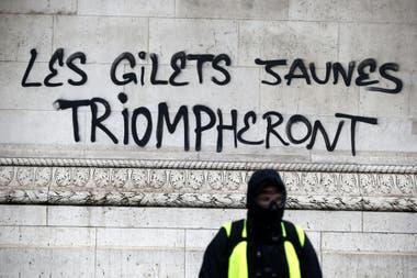 """""""Los chalecos amarillos triunfarán"""", escribieron con aerosol negro sobre el monumento histórico"""