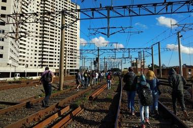 Los viajeros tuvieron que caminar por los andenes del tren