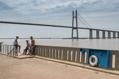 El Paseo del Caminante con el puente Rosario-Victoria a las espaldas.