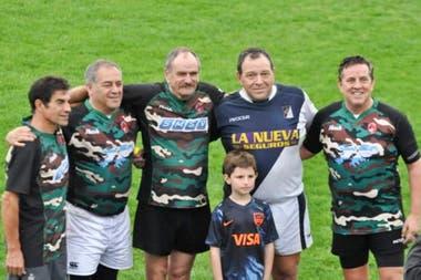 Franco, el segundo desde la izquierda, el año pasado, en un partido de rugby de veteranos en que se reencontró con el inglés que ataco su posición (el tercero), en el cerro Dos Hermanas. En el extremo derecho está Esteban Lamadrid, otro ex combatiente.