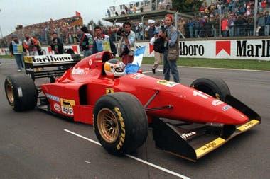 Carlos Reutemann y una vuelta de honor con Ferrari, en el regreso de la F.1 a la Argentina en 1995
