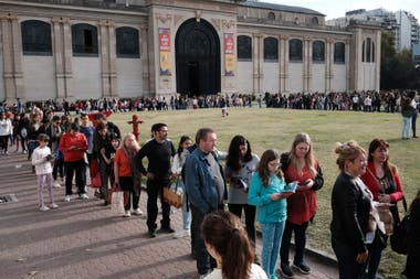 La fila interminable para ingresar a uno de los eventos de la feria