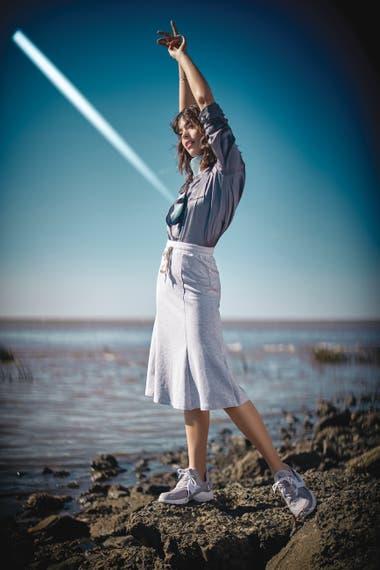 Camisa de seda brillosa y pañuelo estampado (Paula Cahen dAnvers), falda sporty (Vitamina), zapatillas deportivas (Nike), aros y pulseras de plata (Pandora)