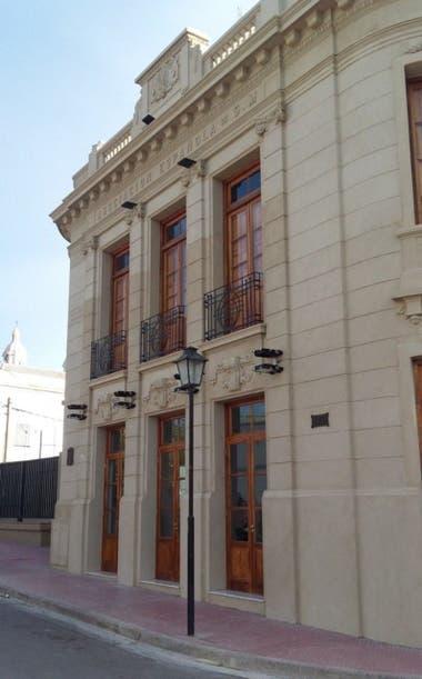 La fachada recuperada del Teatro España, de Patagones
