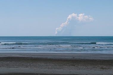 Vista del volcán desde una playa vecina