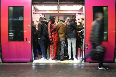 Los viajeros abordan un tren en la estación de Saint-Lazare en París, durante una huelga de los empleados de la compañía ferroviaria estatal SNCF por el plan del gobierno francés para revisar el sistema de jubilación del país