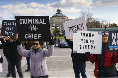 Frente al Capitolio, manifestaciones en apoyo al impeachment contra Trump