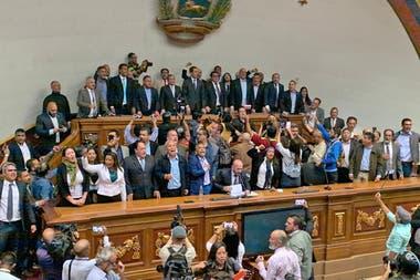 Máxima tensión en Venezuela: en medio de incidentes, Guaidó entra al Parlamento