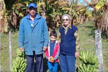 César Cabrera en compañía de su pequeño hijo y de su madre en la chacra familiar