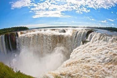 Las cataratas de Iguazú siguen recibiendo visitantes locales