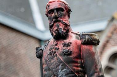 La estatua del rey belga Leopoldo II en Amberes fue quemada y pintada antes de ser retirada.