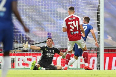 Christian Pulisic, de Chelsea, define ante la salida del argentino Emiliano Martínez y marca el primer gol de la final de la FA Cup, que su equipo disputa en Wembley contra Arsenal.