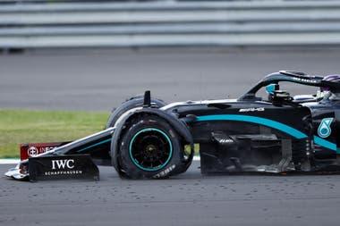 El neumático delantero izquierdo destrozado del Mercedes de Lewis Hamilton no resultó un impedimento para que el británico firmará su tercera victoria en el año, la séptima en Silverstone y la N°87 de su formidable trayectoria