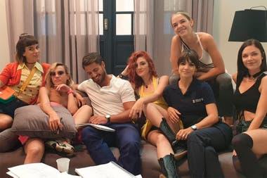 Maxi Iglesias junto al elenco femenino de Separadas