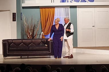 Alberto Martin y Carmen Barbieri, en una escena de la obra que protagonizaban juntos antes de la pandemia, Veinte millones