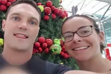 Chantelle Doyle y Mark Rapley, una pareja que surfrió el ataque de un tiburón mientras surfeaban juntos