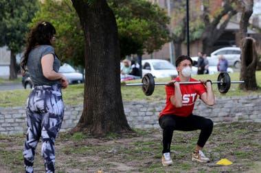 Actividades deportivas en una plaza de Lomas de Zamora