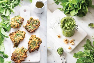 Buñuelos de rúcula y pesto de rúcula, dos exquisitas preparaciones que permite este vegetal favorito de muchos.