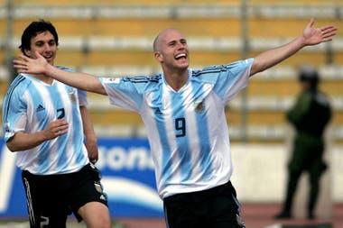 Luciano Figueroa celebra su gol, la última vez que Argentina le ganó a Bolivia en La Paz, el 26 de marzo de 2005. Fue 2-1 luego de ir perdiendo.