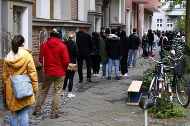 Una fila de personas que esperan para hacerse un test de coronavirus, en Berlín