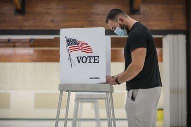 Un hombre vota en Golden, Colorado