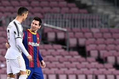Cristiano Ronaldo y Lionel Messi, un saludo amigable antes del comienzo del partido