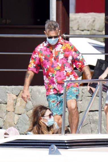 Las últimas fotos tomadas a Robbie Williams y a su esposa Ayda Field en St. Barth demostraron que el cantante se cuidaba del virus con un tapabocas, aunque no le alcanzó
