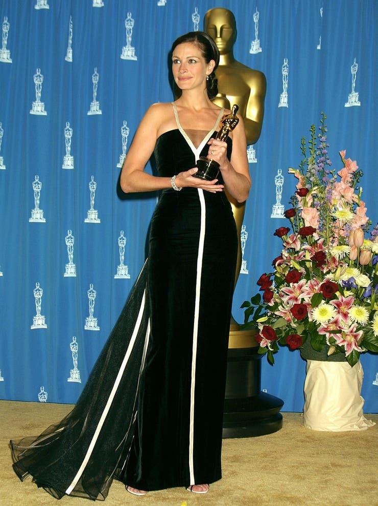 La actriz 'más bella del mundo' en el vestido más recordado; Julia Roberts recibía en 2001 el Oscar por su actuación en Erin Brockovich con un Valentino Vintage de terciopelo negro con detalles en líneas de blanco