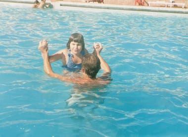 Virginia con Patricio Huerga, su profesor de natación y co creador del proyecto, en una de sus primeras clases