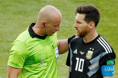 Messi con el árbitro Szymon Marciniak