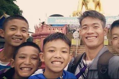 El entrenador Chanthawong Ekapol, de 25 años, junto con los chicos del equipo de fútbol tailandés