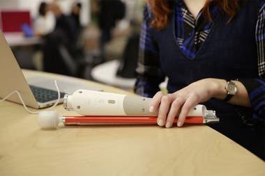 El bastón WeWalk plegado, un dispositivo que tiene una autonomía de uso de cinco horas y saldrá a la venta en junio a 399 dólares