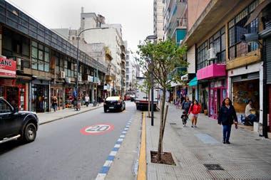 La calle Paso al 100, en Balvanera, con pocos árboles y muy jóvenes