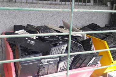 Cuando el programa comenzó en 2010, la ONG no sabía qué hacer con las toneladas de residuos electrónicos que se acumulaban en su centro. Desde la recogida de los equipos informáticos, hasta su desmontaje y su envío a Managem, se despliega todo un sistema logístico para llevar a cabo el reciclaje.