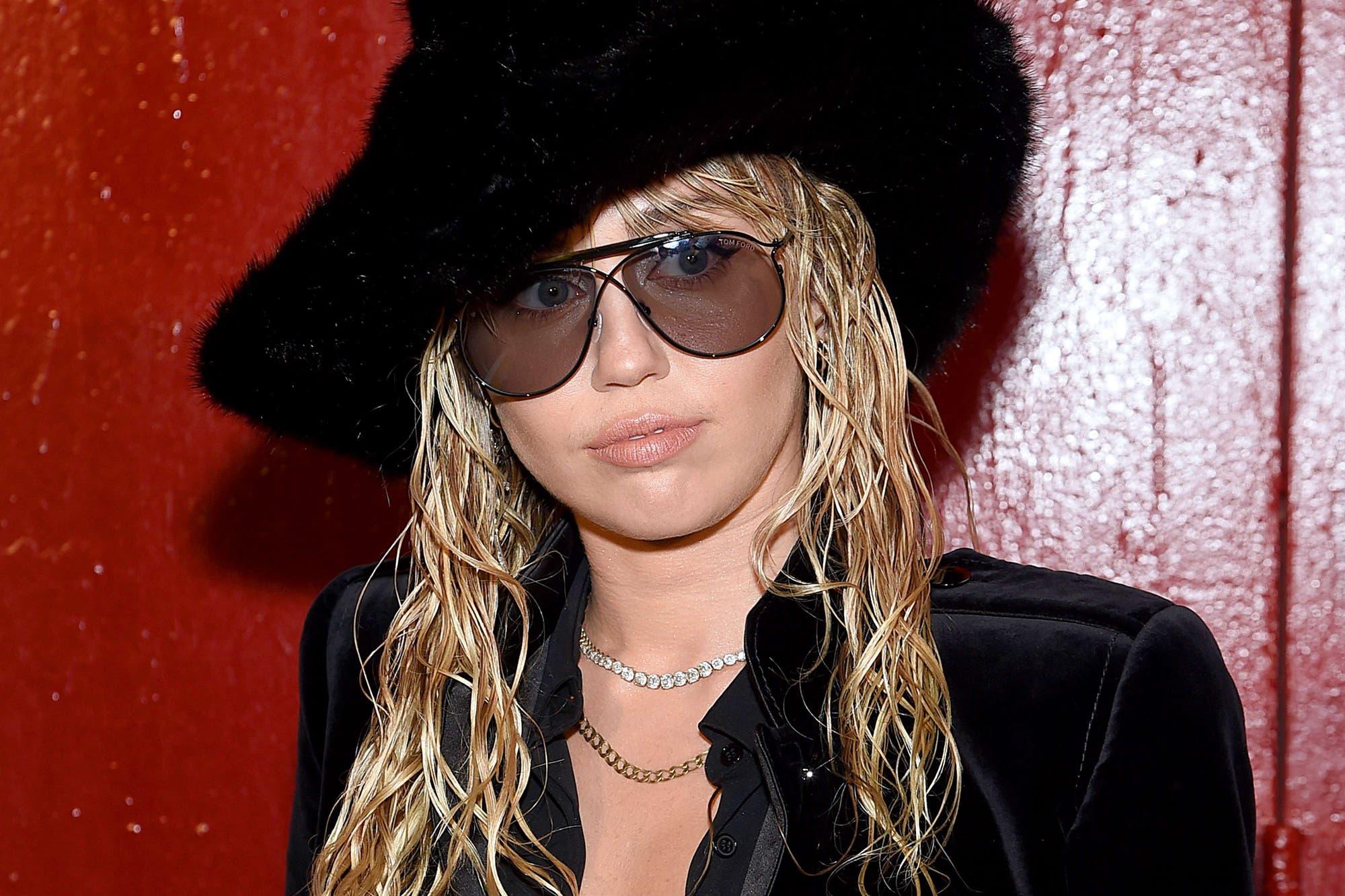 Miley Cyrus y Kaitlyn Carter asistieron a un desfile y no escondieron su amor frente a las cámaras