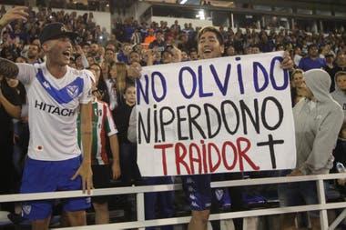 Los hichas de Vélez le apuntaron a Vélez toda la noche.