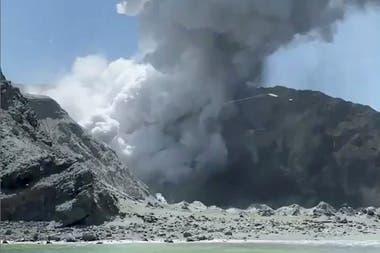 Varios turistas fotografiaron al volcán en erupción mientras realizaban un paseo alrededor de la isla