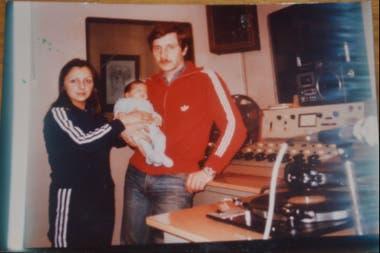 Rubén de bebé, junto a sus padres