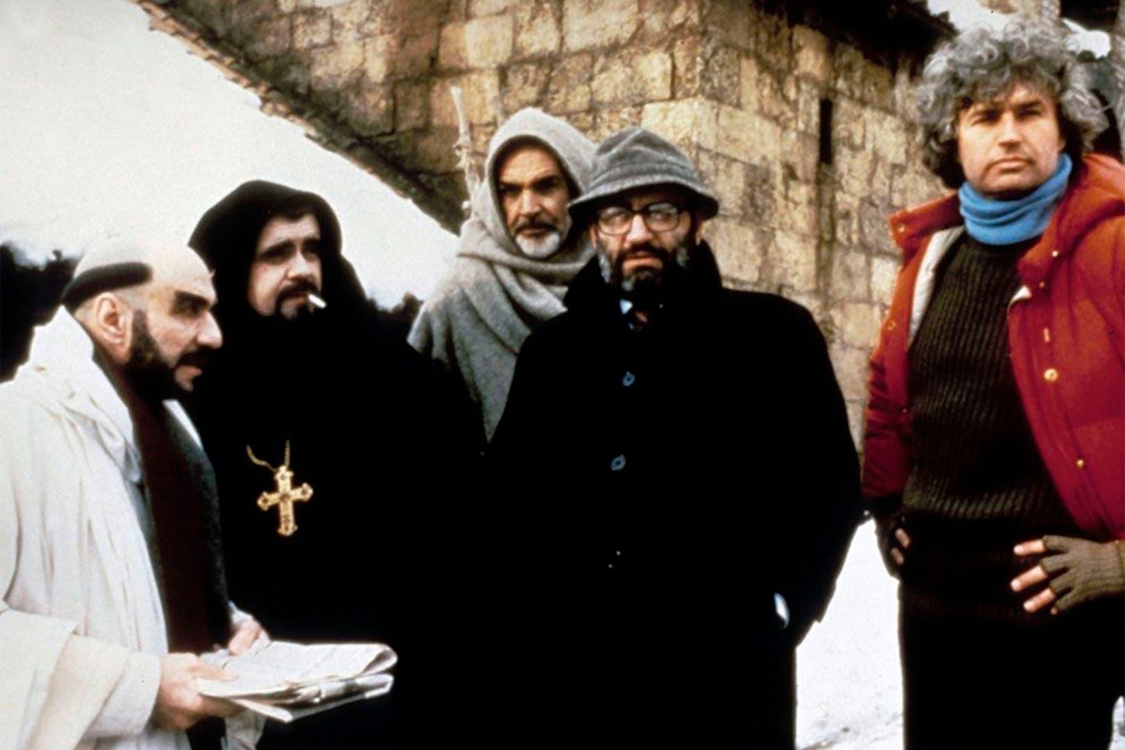 F. Murray Abraham, Michael Lonsdale, Sean Connery, Umberto Eco y Jean-Jacques Annaud, en el rodaje de El nombre de la rosa