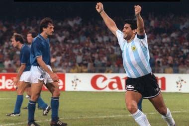 Diego Maradona festeja el gol de Caniggia en la semifinal ante Italia