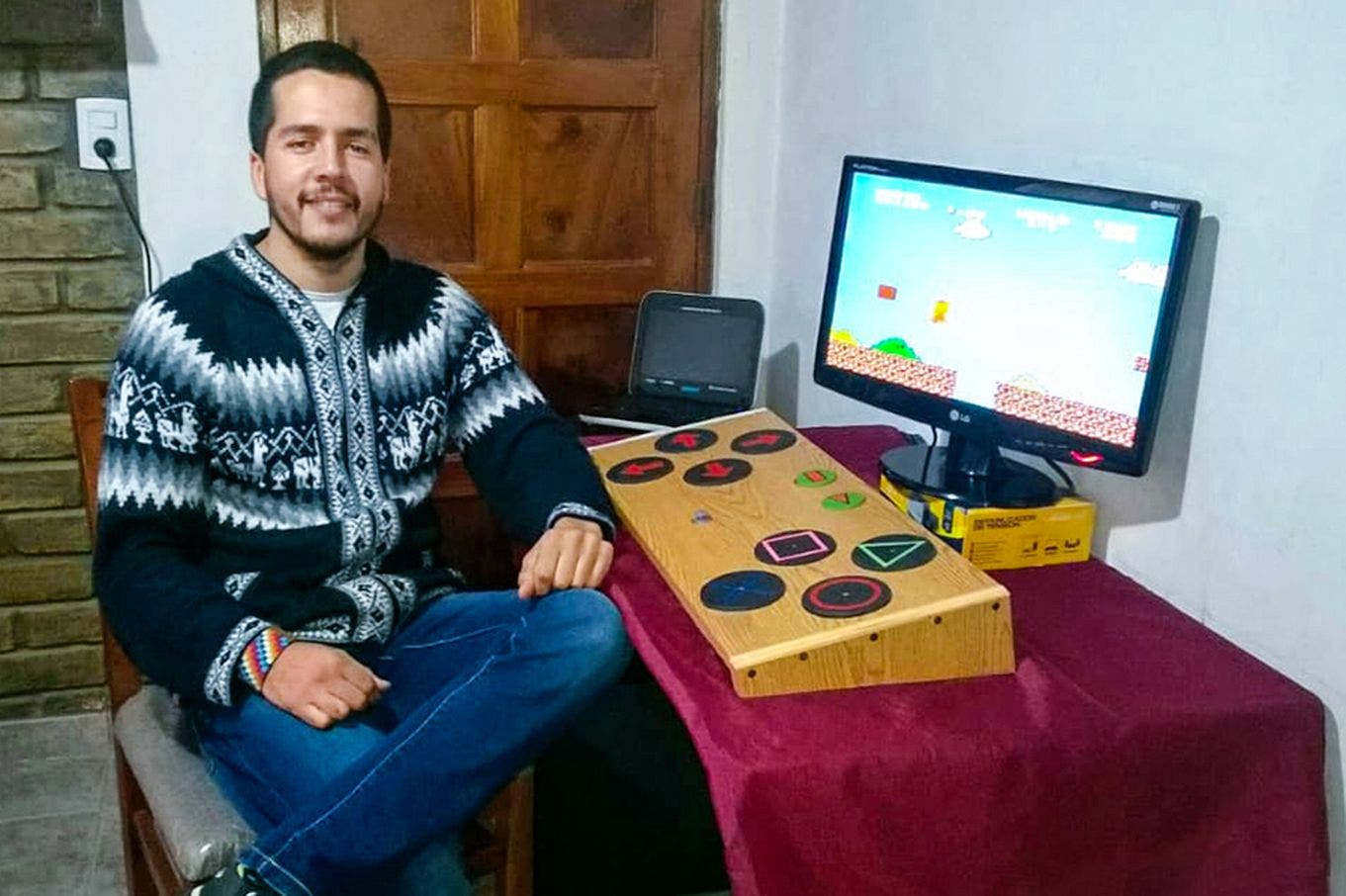 Creó un gamepad inclusivo hecho con material reciclado, que se puede controlar con cualquier parte del cuerpo