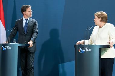 El primer ministro holandés Mark Rutte junto a la canciller alemana Angela Merkel
