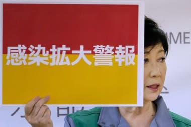 """Yuriko Koike, la gobernadora de Tokio, mostró el cartel de """"alerta por propagación de infección"""""""
