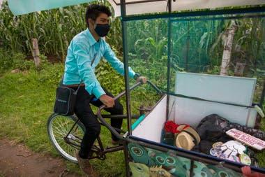El maestro pedaleando los campos de maíz