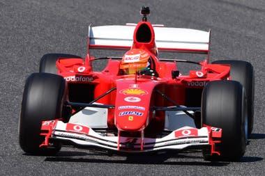 Mick Schumacher gira en el Ferrari F2004 con el que su padre, Michael, obtuvo su quinta corona de Fórmula 1; un momento emotivo en Mugello.